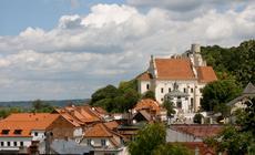Kazimierz w pigułce: zabytkowe kamienice i zielone wzgórza, a w tle ruiny zamku.