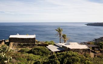 Pantelleria jest tak niewielką, a przy tym górzystą wyspą, że w zasadzie z każdego jej miejsca roztacza się wspaniały widok na lazurowe morze.