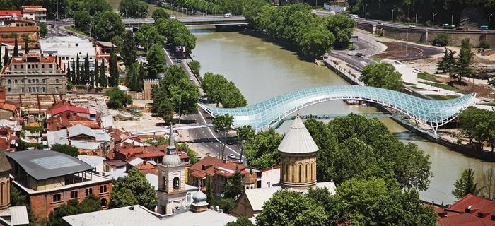 Most Pokoju w Tbilisi przecina rzekę Kurę. Zaprojektowany został przez włoskiego architekta Michelle de Lucchi