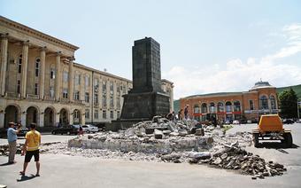 Ostatni pomnik Stalina w Gori. Kiedy przejeżdżałem przez miasto, robotnicy właśnie zrównywali go z ziemią.