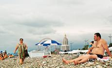 Kamienna plaża w Batumi. W tle hotel Sheraton.