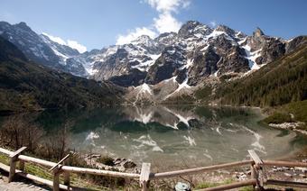 Morskie Oko i nad nim ośnieżone Mięguszowieckie Szczyty - najpopularniejsze miejsce w polskich Tatrach