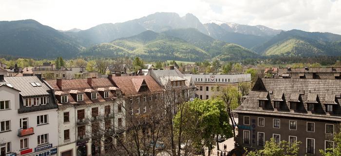 Widok na centrum miasta z kawiarni Tygodnika Podhalańskiego na ostatnim budynku przy ul. Kościuszki 3