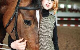 Agnieszka przyjechała do Rezydencji Myśliwskiej na praktyki. Lonżuje jednego z najspokojniejszych młodych koni w stadninie – Kliwię