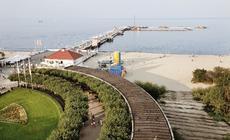 W środku sezonu tylko rankiem plaża i molo w Sopocie są tak spokojne