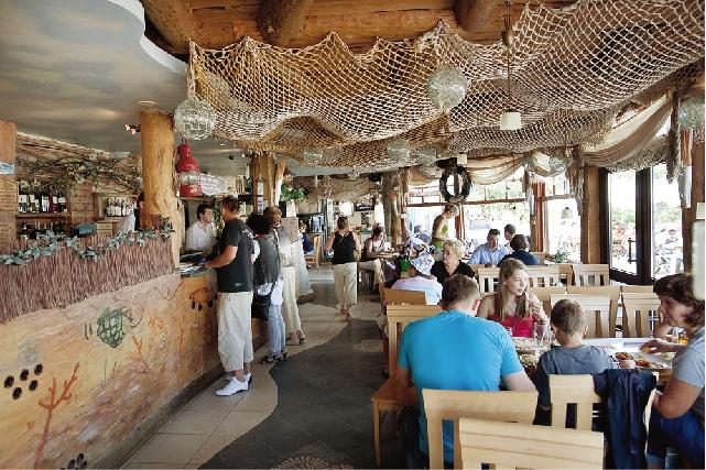 """Na sopockiej plaży pełno jest punktów gastronomicznych ze świeżymi rybami. Zdaniem miejscowych najlepsze podają w barze """"Przystań"""""""