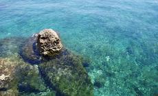 przezroczysta woda to powszechny obrazek na cypryjskim wybrzeżu