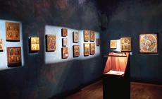 Przy dźwiękach muzyki cerkiewnej rozświetlają się kolejne sale Muzeum Ikon urządzonego w prawosławnym moasterze w Supraślu