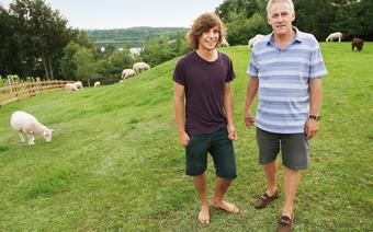 Właściciel Kania Lodge, John Borrell z synem Harleyem oraz oddziałem owiec odpowiedzialnych za nienaganny stan trawnika