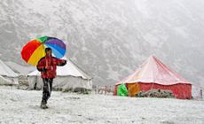 Spaliśmy w ośmioosobowych namiotach przypominających namioty cyrkowe