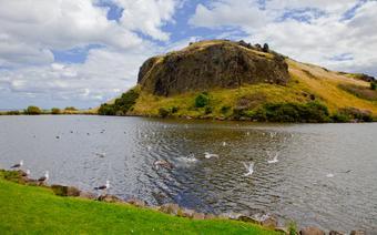 Holyrood Park i wyłaniająca się na jego szczycie skała zwana Lions Head