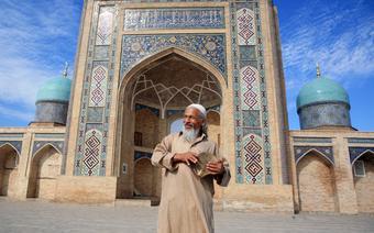 Mężczyzna przed meczetem w Taszkencie, stolicy Uzbekistanu