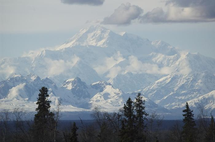 Szczyt McKinley widoczny jest jedynie w słoneczne dni