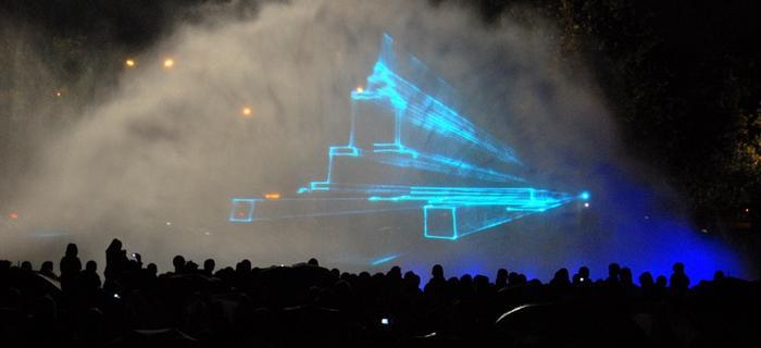 Pokaz fontann na warszawskim Podzamczu