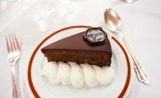 Czekoladowa instytucja, czyli słynny Tort Sachera. Dostępny jest w kawiarni hotelu Sacher. Receptura tego ciastka jest ponoć pilnie strzeżona tajemnicą