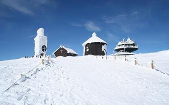 Ośnieżony szczyt Śnieżki, u stóp której leży Karpacz