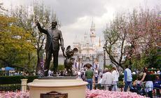 Walt Disney i Myszka Mickey przed bramą do Eurodisneylandu