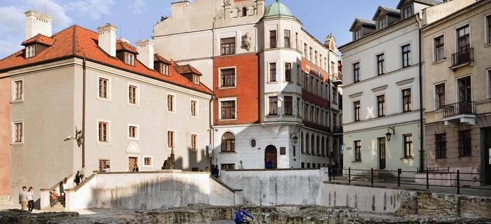 Plac po Farze to częste miejsce spotkań Lublinian. Młodzi przesiadują na fundamentach zniszczonego kościoła farnego