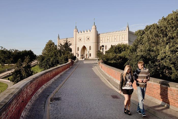 Zniszczony w XVII wieku zamek odbudowano w stylu neogotyckim. Przez prawie 130 lat mieściło się tu więzienie