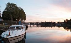Barka Nicols 1350 po całym dniu spływu. O zachodzie słońca dobiliśmy do portu