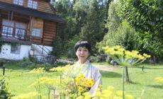 Akiko przed domem w Gorcach