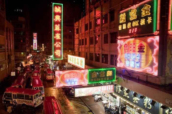Mongok, dzielnica fasfoodowych restauracji fastfoodowych restauracji, sklepów z podróbkami, targowisk i salonów masażu - serce nocnego życia Hongkongu