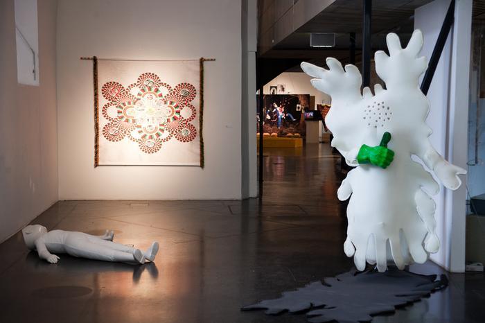 """Większość wystaw w MuseumsQuartier oferuje darmowy wstęp. Na zdjęciu część wystawy """"Getting in Haze"""""""