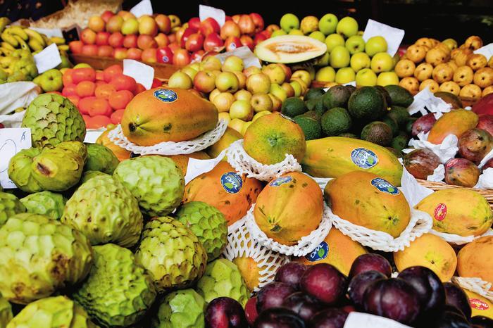 Sprzedawcy uliczni częstują przechodzących niespotykanymi krzyżówkami owoców np. marakujo -b ananem, marakujo - pomidorem i banano - ananasem