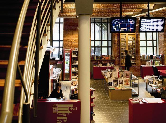 Filia Muzeum Sztuki Współczesnej mieści się w jednym z budynków dawnej fabryki Izraela Poznańskiego na terenie Manufaktury