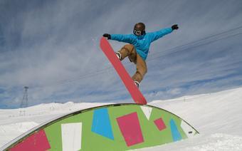 Snoboardowe akrobacje w Snowparku