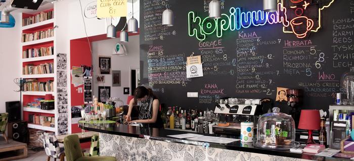 Kopiluwak - klubokawiarnia przy ulicy Sienkiewicza, pełna gości od rana do nocy
