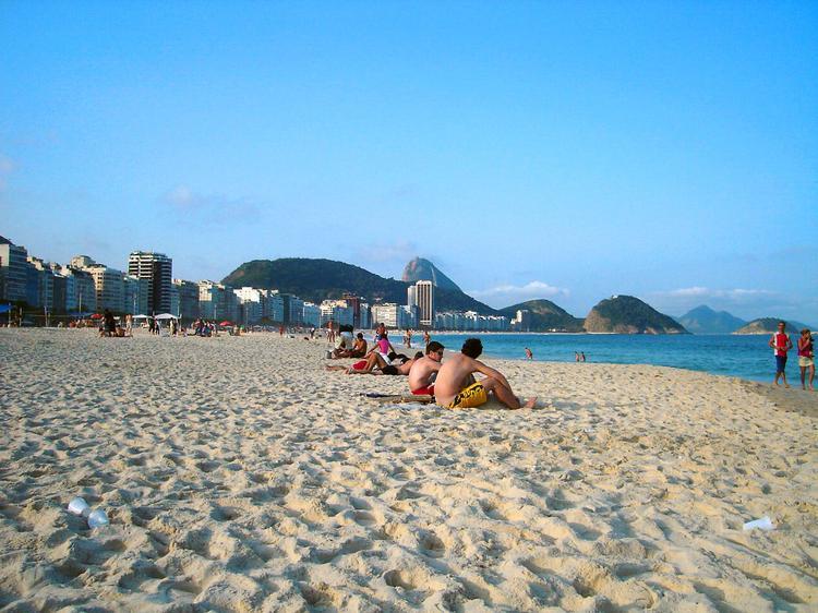 Dzień na Copacabanie, najsłynniejszej, ciągnącej się przez 4 kilometry, plaży Rio