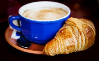 Tak jak nam dobra jajecznica, paryżanom na śniadanie wystarcza café au lait icroissant