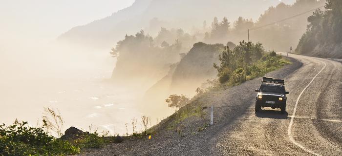 Południowo-wschodnie i zachodnie wybrzeża Morza Czarnego są strome i skaliste, natomiast północne są płaskie i piaszczyste – można więc obejrzeć zarówno strome klify, jak i rozległe plaże