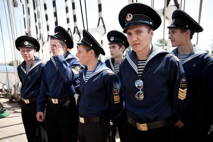 Rosyjscy marynarze z największego żaglowca świata Siedow, który przypłynął do Szczecina z okazji Dni Morza 2011