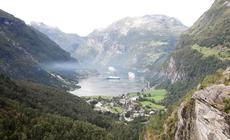 Fiord i miasteczko Geiranger odwiedza latem ok. 6 tys. osób dziennie. Powód jest jeden: to jedno z najładniejszych krajobrazowo miejsc w Norwegii