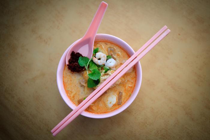 Zupa laksa powstała z mieszanki smaków z różnych regionów Malezji, Chin i Indii