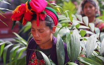 """Osobliwa """"kokarda"""" stanowi jeden zelementów tradycyjnego stroju kobiet zSan Mateo"""