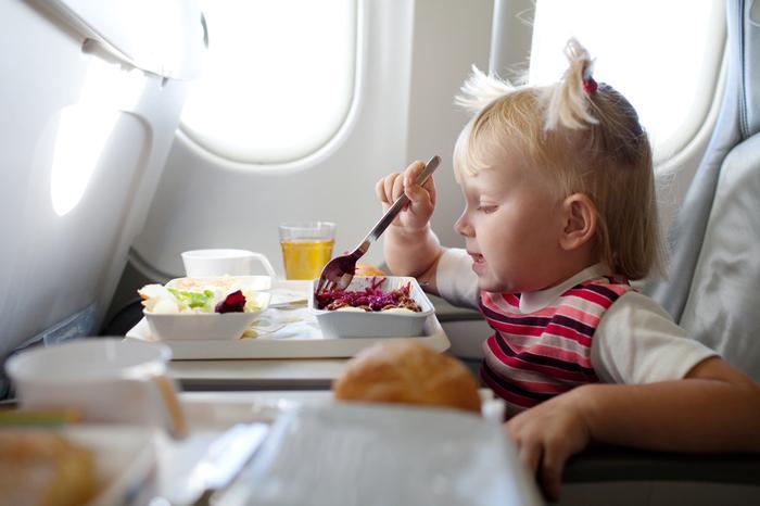 Bezpieczne ferie zimowe, dziecko w samolocie
