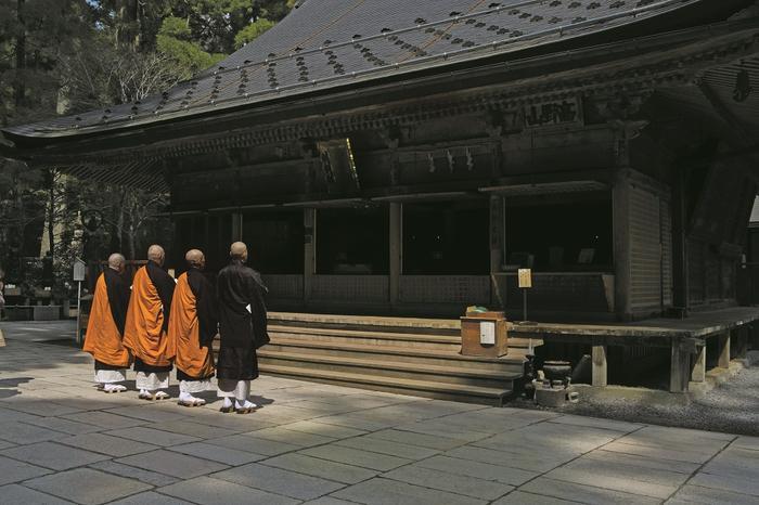 Koyasan – mnisi idą gęsiego, stukając drewnianymi sandałami