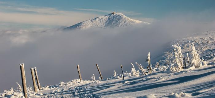 Karkonosze zimą prezentują się zjawiskowo. Widok na Śnieżkę