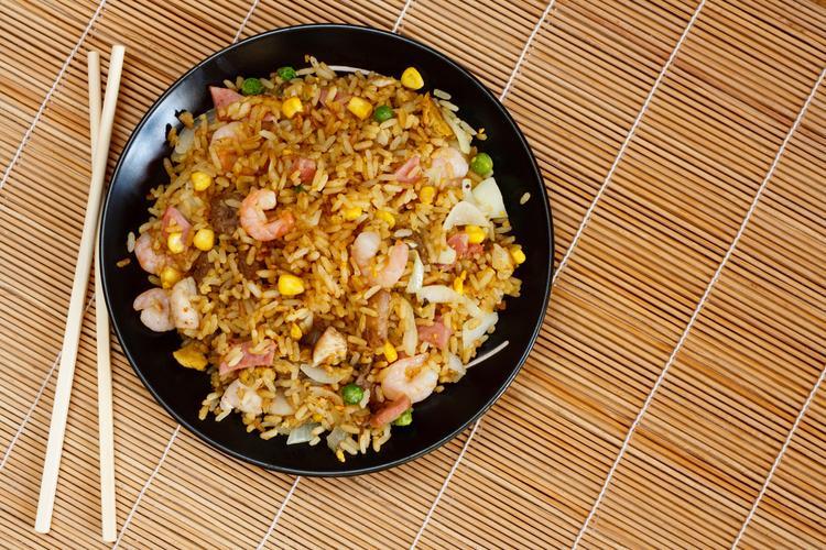 Micha smażonego ryżu z krewetkami