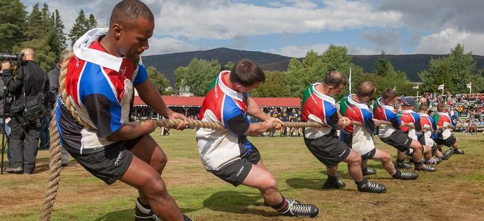 Żołnierze biorący udział w zawodach w przeciąganiu liny noszą specjalne, plastikowe buty