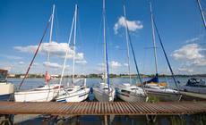 Jeziora w Polsce: jachty na marinie