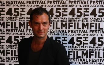 Jude Law na festiwalu filmowym w Karlowych Warach