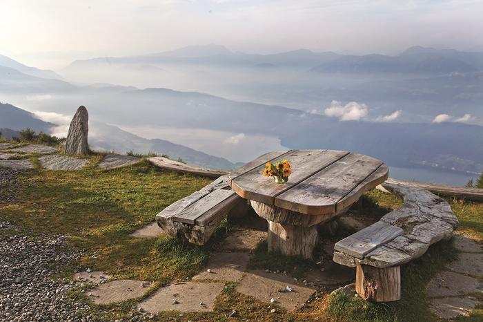 Za chwilę zjem tu śniadanie z widokiem na przymglone jezioro Millstätter