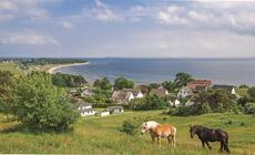 Teren wyspy to kolorowe, bajkowe pola i małe, sielankowe wioski