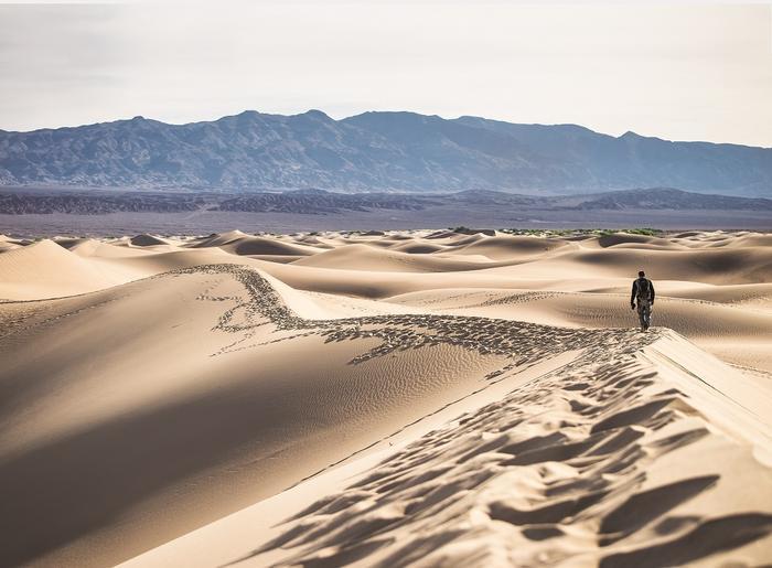 Piaszczyste wydmy w Dolinie Śmierci, jednym z najgorętszych miejsc świata