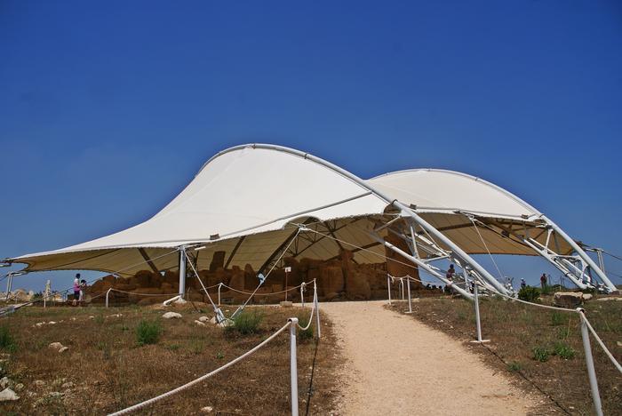 Kompleks Mnajdra w obawie przed zniszczeniem został osłonięty brezentowym namiotem