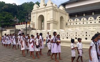 Dzieci przed Świątynią Zęba Buddy w Kandy